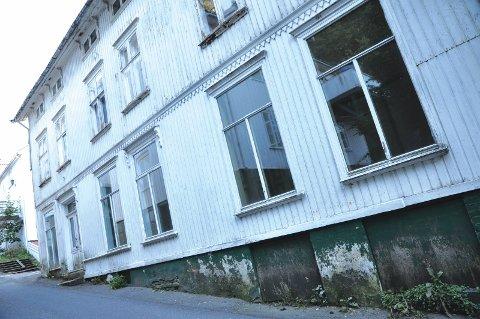 Holgata: Ny eier ønsker å innrede gjestegården med fem leiligheter. Spørsmålet som politikerne må ta stilling til er om det er greit med leilighet også i første etasje, noe som er i strid med verneplanbestemmelsene.