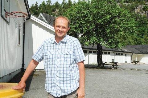 Stig Ertzeid var rektor på Dypvåg skole i fire og et et halvt år. Etter noen år som fjellgeit på Hovden ønsker han seg tilbake til kysten igjen. Her er han avbildet i 2012, rundt det tidspunktet hvor han startet som rektor ved skolen.