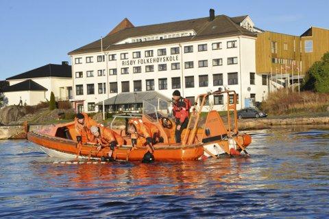 Selv om andre linjer kan tilby spennende utenlandsturer, er redning og sikkerhet fortsatt den mest populære linjen på Risøy Folkehøyskole. Dette bildet er fra en tidligere redningsøvelse.
