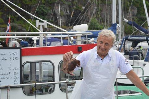 Vidar Hopen har hatt en hektisk sommer ved bryggekanten. Her har han solgt krabber, reker og veldig populære fiskebugere.