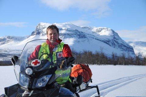 Registrerer: Jon Helge med Grindafjell bak. Her skal han av stad for å GPS-registrere populære toppturar som ikkje blir kvistmerka. Med GPS finn hjelpekorpset fram i null sikt.