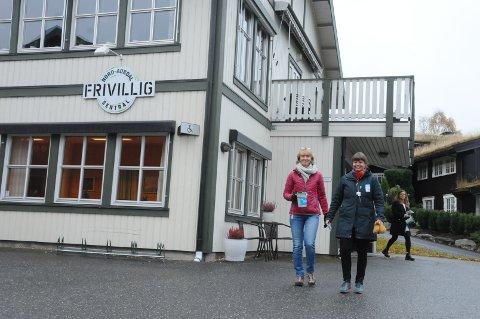 Bøssebærere: I Nord-Aurdal er bøssebærerne nå ute. Her er det t.v. Mona Kleven og Ellen Persvold som er på tur ut. I bakgrunnen ser vi Liv Rygh.