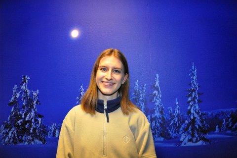 Christine Rygg Johnsen skal spørre ungdom ved friluftslinjen om hvor mye de frykter bjørn.