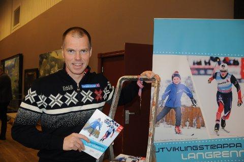 Ny bok: Pål Rise var på plass på Beitostølen under Beitosprinten for å promotere den nye boka, som handler om utviklingstrappa i langrenn.