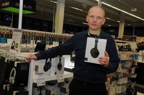 300 stykk: Varehussjef Jens Ole Sørflaten kan fortelle om høgt salg av mobiltelefoner før jul. Her viser han imidlertid et populært headsett.