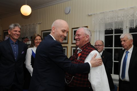 Stolt og rørt: Det var en stolt og rørt Erik Grønolen som mottok medaljen av fylkesmann Sigurd Tremoen.