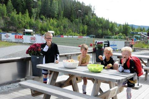 To fotballskoler: Fagernes IL arrangerer først Tine fotballskole i uke 26, mens Valdres FKs tilbud kommer først i uke 31. Dette bildet er hentet fra en lunsj i Valdres FKs tilbud i juni 2017.