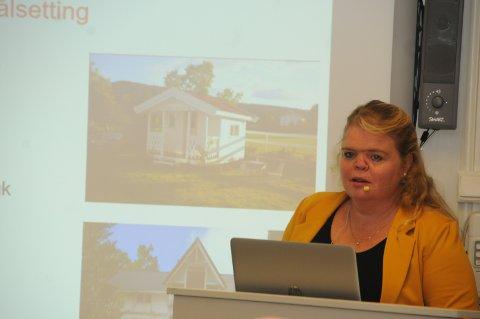 """Foredrag: Tone Ranheim fortalte om erfaringene fra Buskerud, angående tilflyttingsprosjektet """"Lys i alle glas""""."""