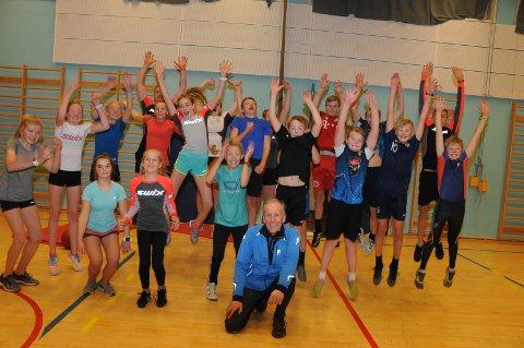 Valdres Ski: Ola Kjørli sitter her på kne foran gjengen fra Valdres Ski, som tirsdag kveld hadde styrketrening i gymsalen på Nord-Aurdal barneskole.