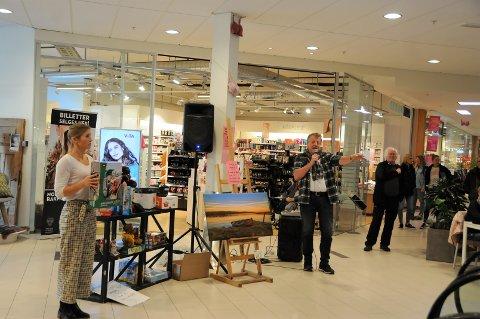 Auksjon: I 2. etasje på Fagernes Kjøpesenter ble det auksjonert bort en rekke varer lørdag. Mange skuelystne hadde møtt fram.