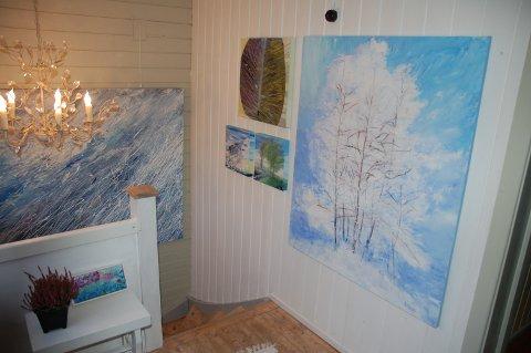 Kunst i hele huset: Margrethe Døvre stiller ut sine malerier i gamlehuset på Døvre. Noen av dem henger i trappeoppgangen.