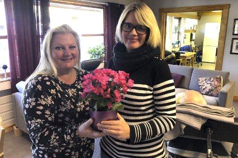 Takker: Heidi  Ellingsen Sælid (t.,v.) og Berit Karlberg Myrvang takker for julegleda de mottar for jobben de gjør på Vindestogo, som er et dagtilbud for demente.