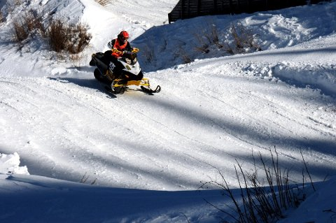 Unge kjører de kraftigste snøscooterne, og tar større risiko enn de eldre, viser rapporten. Arkivfoto:Bjørn Karsrud