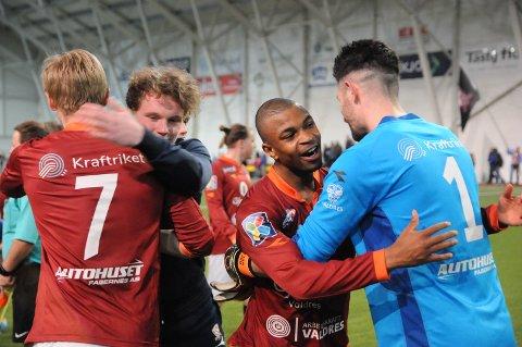 Glede: Stor glede i Valdres FK etter seieren mot Brumunddal onsdag kveld. F.v. Robert Frydenlund Rabben, Simen Jørstad Ringli, Kyle Spence og Rafael Veloso.