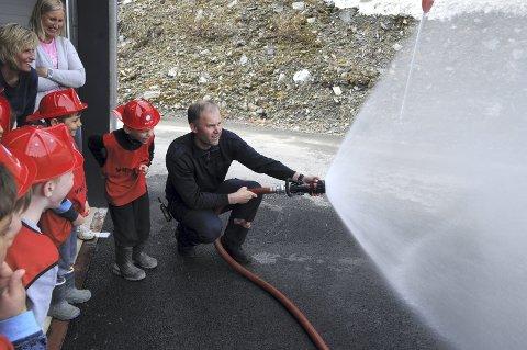 Spyling: Brannmann Ivar Svensson og andre brannmenn i Valdres har lørdag åpen dag.