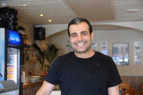 Lange dager: Khaled Mahmoud jobber 10 timer hver dag i sin italienske restaurant i Aurdal i sommerferien.