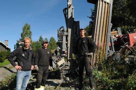 Eitt hol om dagen: Om alt går greitt, kan denne gjengen klare eitt borehol pr. dag. Måndag møtte me Knut Arne Haugrud, Nerijus Bartkevici og Aurelijus Alionis i aksjon med vassboring på Bjørgo.