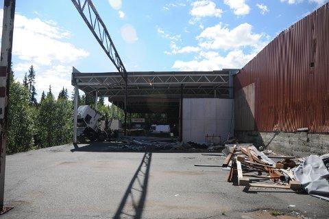 Fjernet tak: Det løse taket som hang og slang på Aven-tomta, til fare for både dyr og mennesker, er tatt ned og fjernet.
