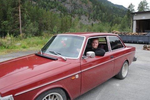 Børning: De som liker svidd gummi og røyk må møte opp på Spikarmoen lørdag. Kai Morten Granli har her lånt en Volvo 142, 1974-modell, for anledningen.