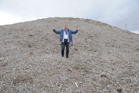 Reddende engel: Erik Østli, midt i snøhaugen på Beitostølen, som reddet årets langrennsåpning i Norge.