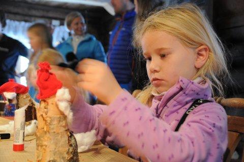 Konsentrert: Guro Sten Larsen (7) er konsentrert i arbeidet med julenissen.