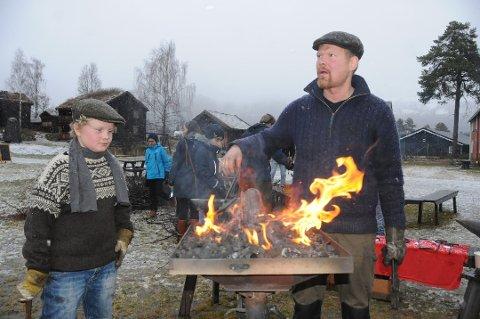 I smia: Nils Åsmund Dokken Unhjem (t.v) smidde hjarte saman med faren Knut Olav Dokken under fjorårets skarke.