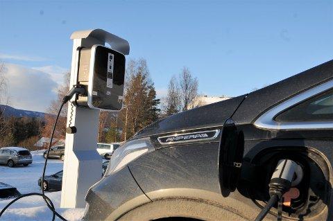 Fritt fram: Det er fritt fram for alle som måtte ønske det å lade elbilen sin på et av de 12 ladepunktene på parkeringsplassen ved Valdres vidaregåande skule.