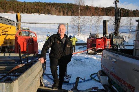 Jordvarme: Avdelingsleder ved Valdres vidaregåande skule, Geir Tore Bakkene, følger borringa av de 20 hullene på nord- og vestsida av bygningsmassa ved Valdres vidaregåande skule.