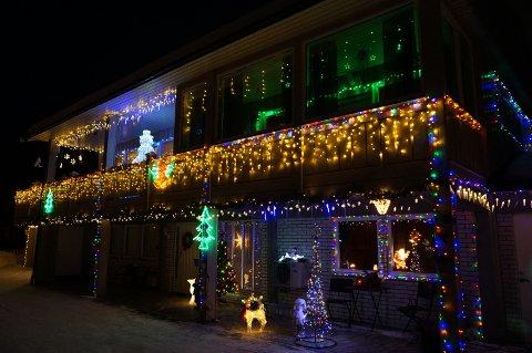 SYNLIG: Huset i Kongsvegen skiller seg absolutt ut i vintermørket.
