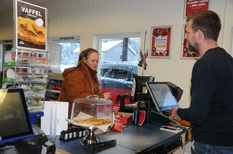 Økt omsetning: Tore Garli har travle dager foran kassaapparatet på Yx-stasjonen i Bruflat sentrum.