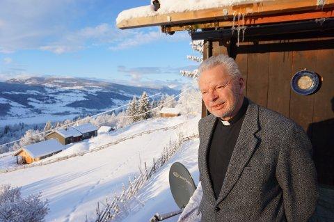 ROTFESTET VALDRIS: Terje Eklund er opprinnelig fra Enebakk. Han har et nært forhold til Valdres fra barndoms- og ungdomstid, med farens og bestefarens jakt på Syndin og senere hytte i Hippesbygda. I 1984 flyttet han hit fast, til eiendommen Hilmebøl i Ulnes, hvor han nyter utsikten fra verandaen denne flotte vinterdagen.