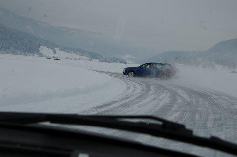 Sladd: Hvor mange sladder som ble hentet inn igjen i løpet av dagen, skal være usagt, men med 115 biler på isen ble det etterhvert ganske glatt. Bilene med ispigger gjorde at grepet ble bedre igjen innimellom.