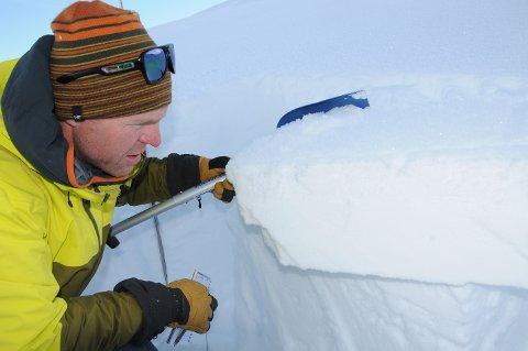 Følger med: Leif Øyvind Solemsli er ute en til to ganger i uka for å undersøke skredfaren i region Jotunheimen, hovedsaklig Tyinområdet.