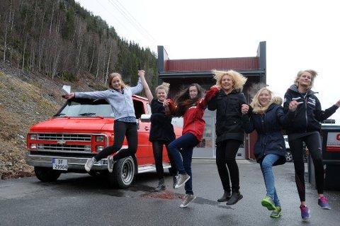 Russetid: Det var stormende jubel hos Trine Grimsrud Hamre, Tilde Gjerdalen, Malene Garli, Anne Sophie Skogen, Astrid Marie Rustøe og Mari Gjevre, da de fikk godkjent russebilen i 2014.