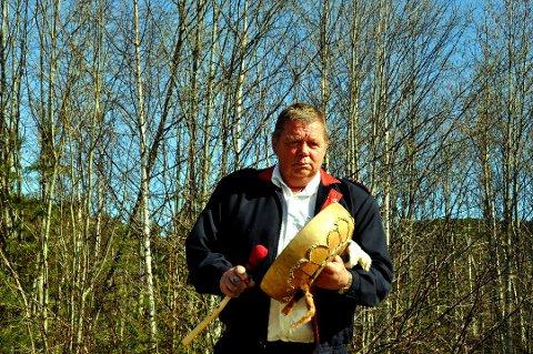 Sjaman Fuglesteg har flyttet fra Ryfoss. Han har ingen ønsker om å få atomene sine snudd for dermed å bli yngre.