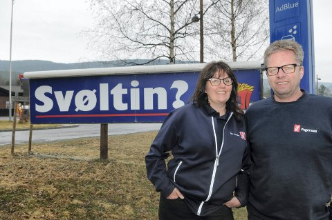 Blikkfang: Elisabeth og Olav Øraker ynskjer å skapa blikkfang langs vegen, og meiner dei har tent gode pengar på å bruke dialekt i reklamen for YX-stasjonen i Ryføss.