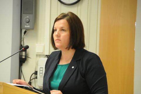 Miljøbombe: Linda Mæhlum Robøle tok opp utfordringene rundt gummigranulater på kunstgrasbaner i dagsordenhalvtimen i kommunestyret i Etnedal sist torsdag.