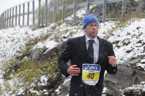 Nokså originalt: Å løpe 42.195 meter i dress og slips er i seg sjøl en stor prestasjon. Dagfinn Sæther fullførte sitt 40. heilmaraton med stil.