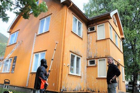Ansiktsløft: Det er et lokalt firma ved navn Maler Conrad som nå har startet oppussingen av Gulbygningen i Gullsmedvegen på Fagernes. T.h. daglig leder Christian Blix-Nilsen.
