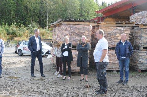 Befaring: Grunneier og vedprodusent Arne Brufladt (i hvit T-skjorte) viste kommunestyret i Etnedal rundt på Valdres Vedsenter AS på Thorshaugen, rett nord for Bruflat.