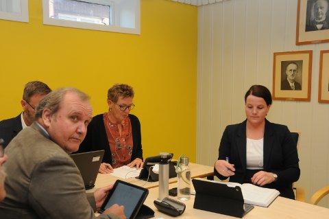 Ny ordfører: Linda Mæhlum Robøle (t.h.) blir ny ordfører i Etnedal, mens Arbeiderpartiet får varaordføreren. De andre på bildet er avtroppende ordfører Toril Grønbrekk, rådmann Kai Egil Bachèr (delvis skjult) og Arve Bergsbakken (Ap), som går ut av kommunestyret etter fem perioder.