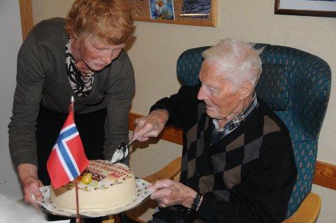 Marsipankake: Avisa Valdres spanderte naturligvis marsipankake på 100-åringen, og Asbjørns datter, Ingebjørg Høyne, hjalp til med å holde bursdagskaka.