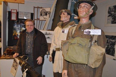 Soldater: Kristian Bergsund viser her en del av effektene etter andre verdenskrig som er utstilt ved Bagn bygdesamling.