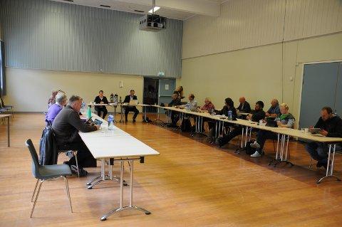 Mot tre stemmer: Kommunestyret i Etnedal sa sist torsdag ja til å øke lånerammene i Valdres brann og redning IKS til 80 millioner kroner. Syver Thon (V) til venstre på bildet og sidemann Asmund Wold (KrF) er svært skeptiske til dette, og la fram et alternativt nei-forslag, som kun fikk støtte av FrPs Harald Bjerknes.