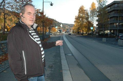 Forklarer: Driftsleder for Trønderbilene i Valdres, Øystein Bjørnødegård: – Jeg har tatt en telefon til fylkeskommunen i dag, som har gitt oss klarsignal til å kunne kjøre ruta lenger enn til Bergheim. Der er det vanskelig å snu og nå kan vi kjøre helt til Fosheim. Der er det da også mulig å legge på kjetting ved behov, sier Bjørnødegård.
