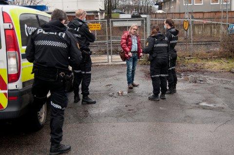 MANNSTERKE: Her overleverer politiet dommen fra Alta tingrett til Odd Rune Sivertsen (56) på Skøyen. Han fikk aldri tiltalen forkynt og var heller ikke til stede i rettssaken. Nå får han bistand til å anke.