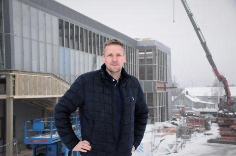 """NYE LADESTASJONER: Utenfor Elkjøp-bygget på Leira er det nå bygget to ladestasjoner. Even Sørflaten forteller at bygget også blir utstyrt med et eget """"lade-toalett""""."""