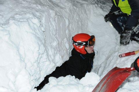 Nedgravd: Danske Christian var sporty nok til å la seg grave ned i snømassene på Aurdalsåsen tirsdag kveld. Her ser han atter de andre, etter noen minutter for seg sjøl.