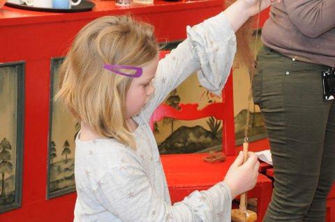 Flink: Ambjørg Aabol er kurets yngste med sine sju år, og her spinner hun den flotteste ulltråd på ei håndteine.