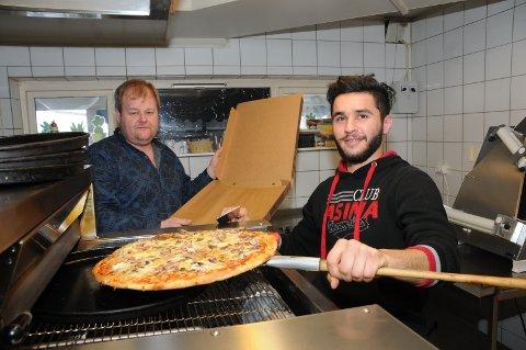 Ny pizzaovn: Innehaver av Parken Bar og Restaurant, Frank Johansen (t.v.), kjører ut pizzaene som kokken Zakaria lager i den nye pizzaovnen.